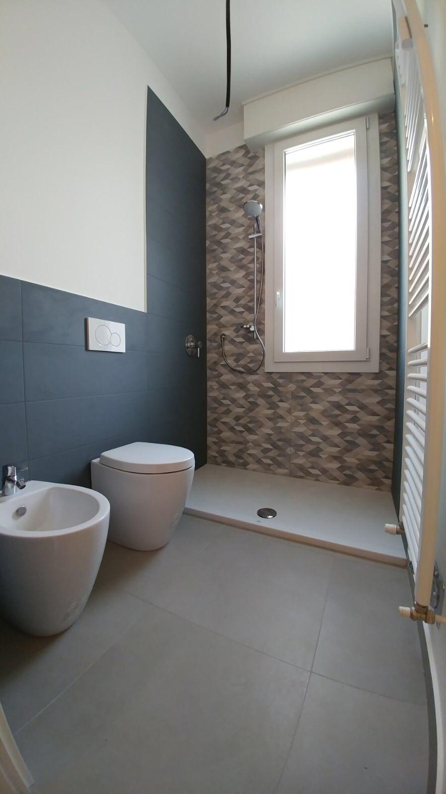 Doccia sotto la finestra finest doccia sotto finestra con - Metratura minima bagno ...