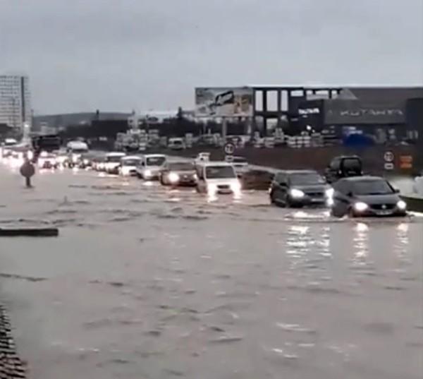 Edirne'de şiddetli yağış sonrası araçlar mahsur kaldı