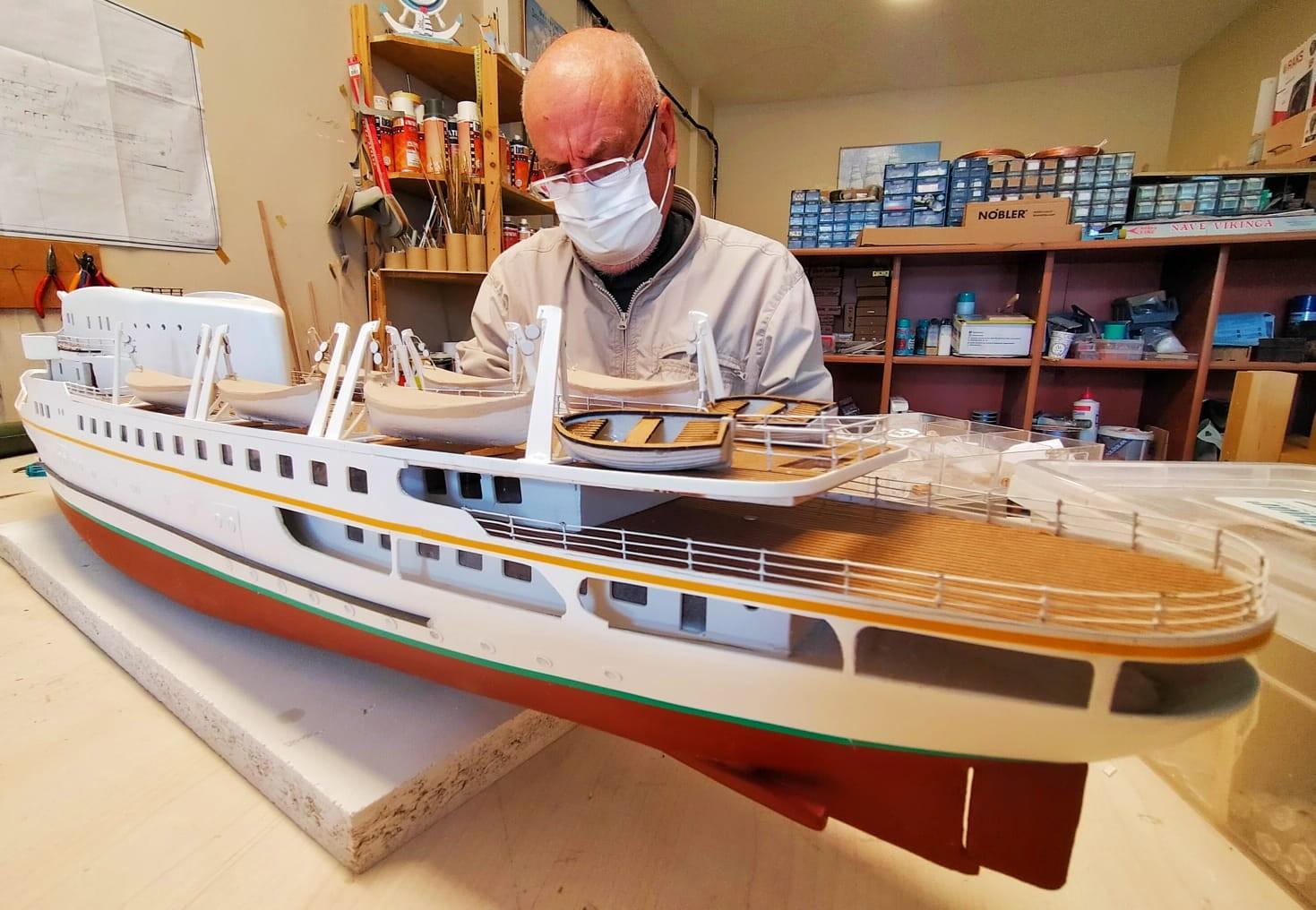 Binlerce parça kullanıp şaheser gemiler üretiyor