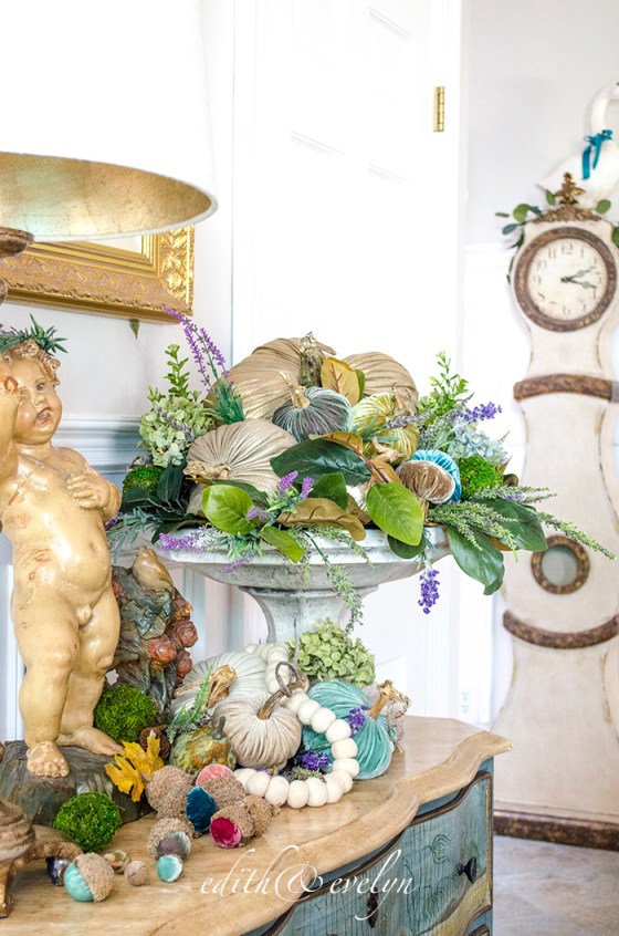 Welcoming Fall in the Foyer | Edith & Evelyn | www.edithandevelynvintage.com