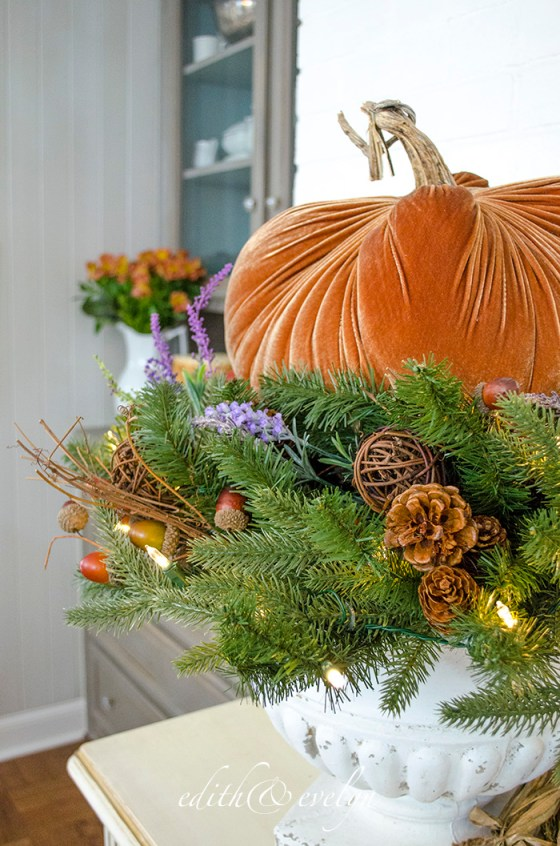 How to Create an Autumn Tablescape with Garland and Wreaths | Edith & Evelyn | www.edithandevelynvintage.com