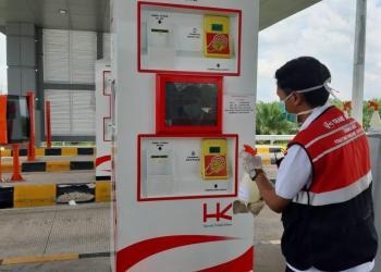 ilustrasi petugas periksa sstem elektronik pembayaran tol ( foto hutamakarya.com)
