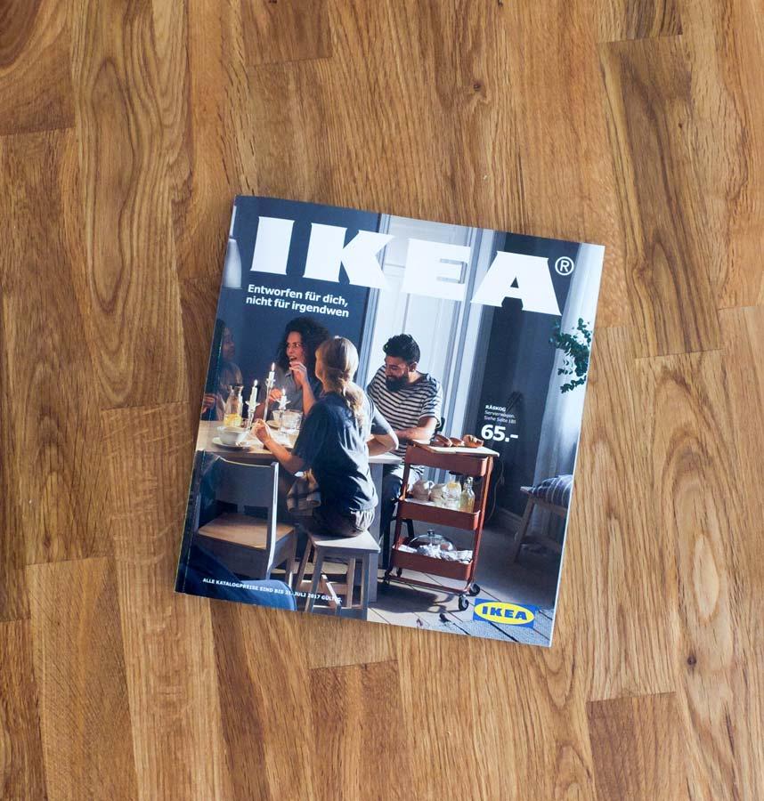 Der IKEA-Katalog 2017 auf einem Echtholztisch. Bildquelle/Copyright: IKEA-Katalog 2017 (IKEA Deutschland GmbH & Co. KG / Inter IKEA Systems B.V.), abfotografiert von Johannes Kühner