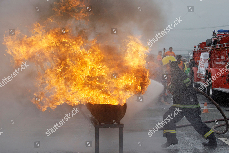 filipino fireman tries extinguish