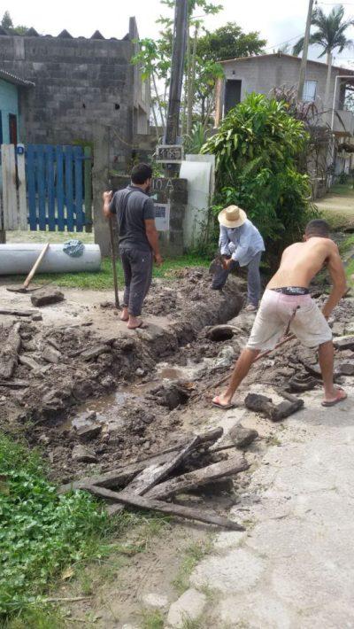 Moradores fazem mutirão para arrumar Rua do Bairro