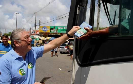 Téo Vilela faz panfletagem da campanha de Aécio Neves em Maceió