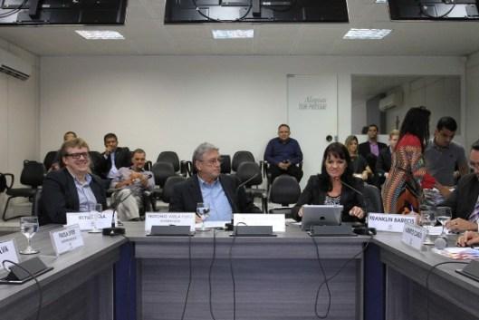 Keylle Lima, a esquerda, participa da reunião do Conedes, ao lado de Teotonio Vilela Filho e Poliana Santana
