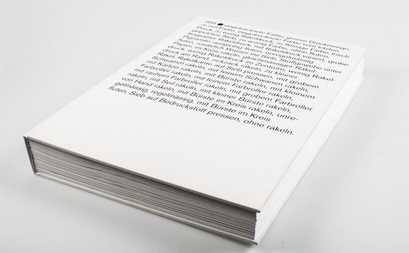 Un libro bianco stampato in serigrafia composto da 355 cerchi neri dove l'errore è la bellezza