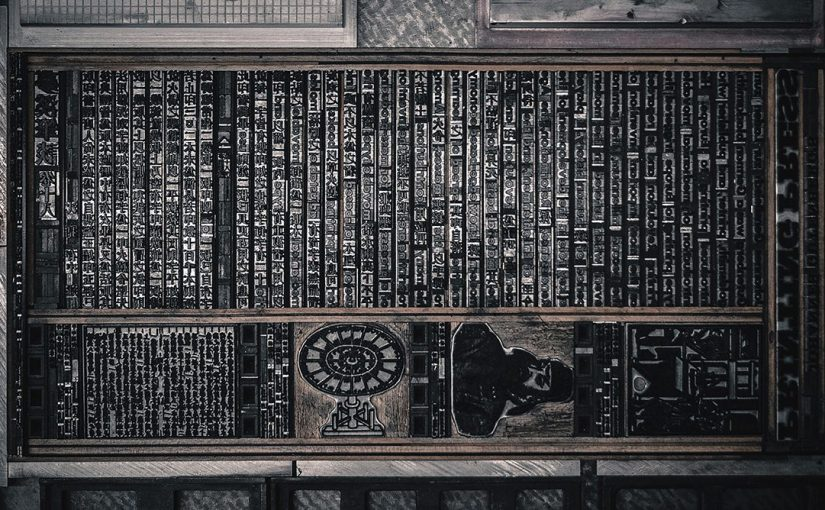 Un poster tipografico sulla storia della stampa a caratteri mobili in Occidente ed in Oriente scritto in inglese e cinese