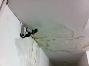 A situação do teto em algumas salas coloca em risco a saúde dos funcionários.