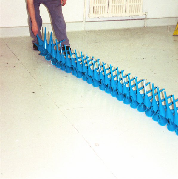 akamundo_sculpture_repetition_pattern_organic_Plastic_Blue_Funnels_Train1
