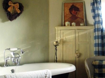 Roll topped bath in the Blue bedroom en suite