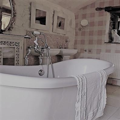 twin basins abd central bateau bath for the en suite bathroom