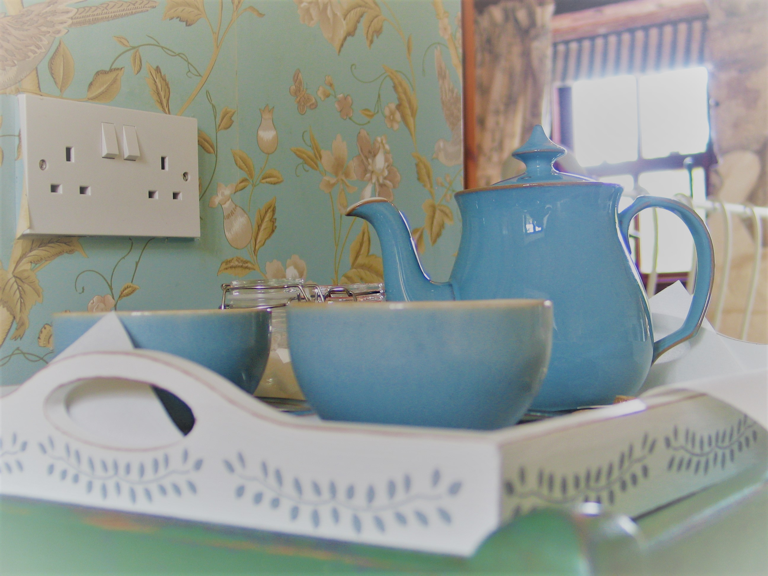 Finishing touhes tray with tea cups and pot