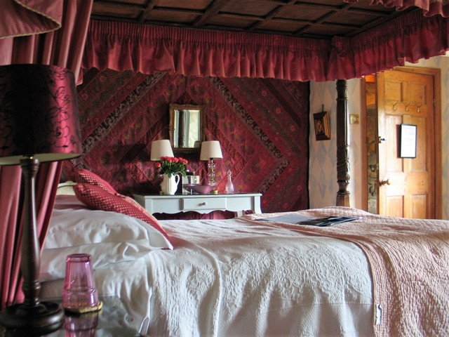 cosy four poster bed