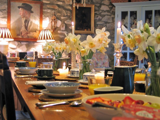 Spring inspiration for the home make breakfst sunny with lots of Daffodils set in simple pots