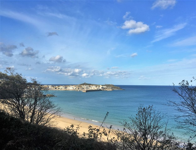 Walking the upper path to st Ives above the beach