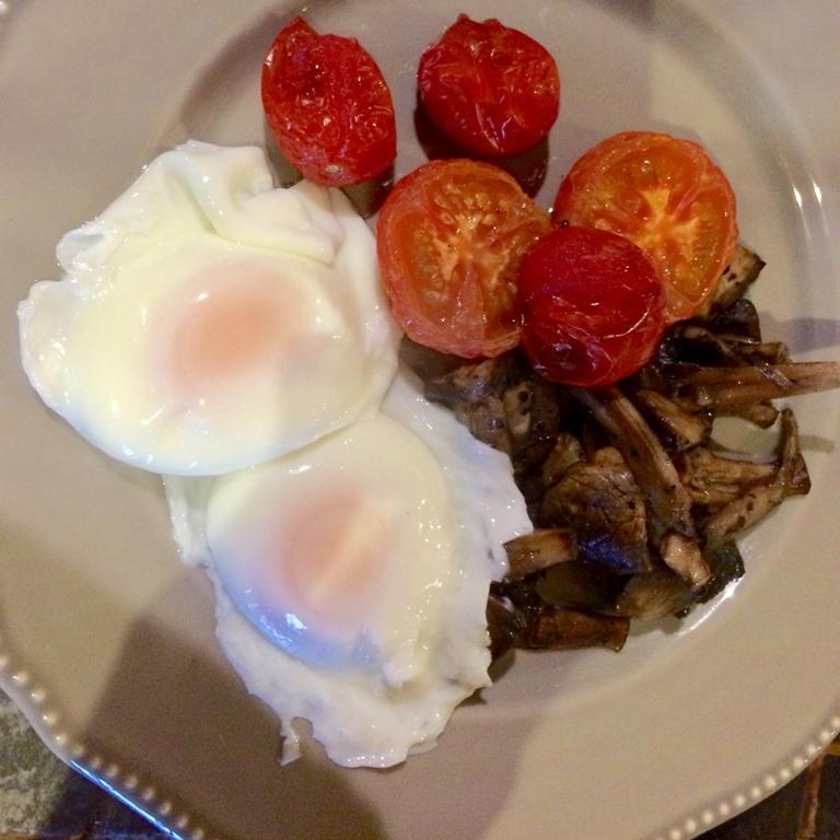 Vegetarian breakfst - Tomatoes eggs and mushrooms