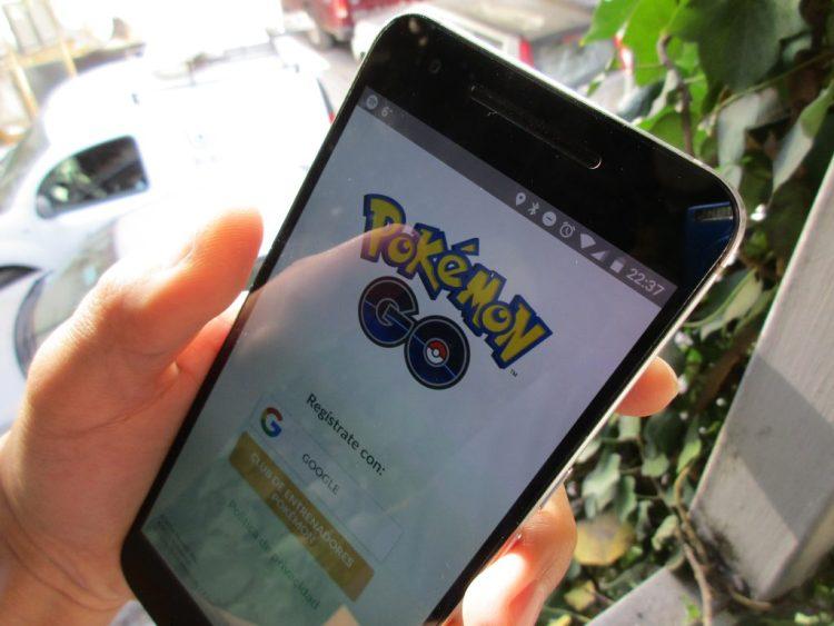 Pokémon_Go_in_hand