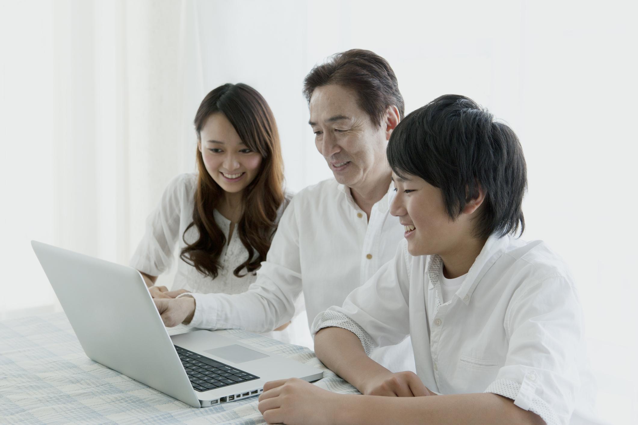 Ilustrasi keluarga sedang memanfaatkan YouTube untuk belajar bahasa Inggris - Edu2Review