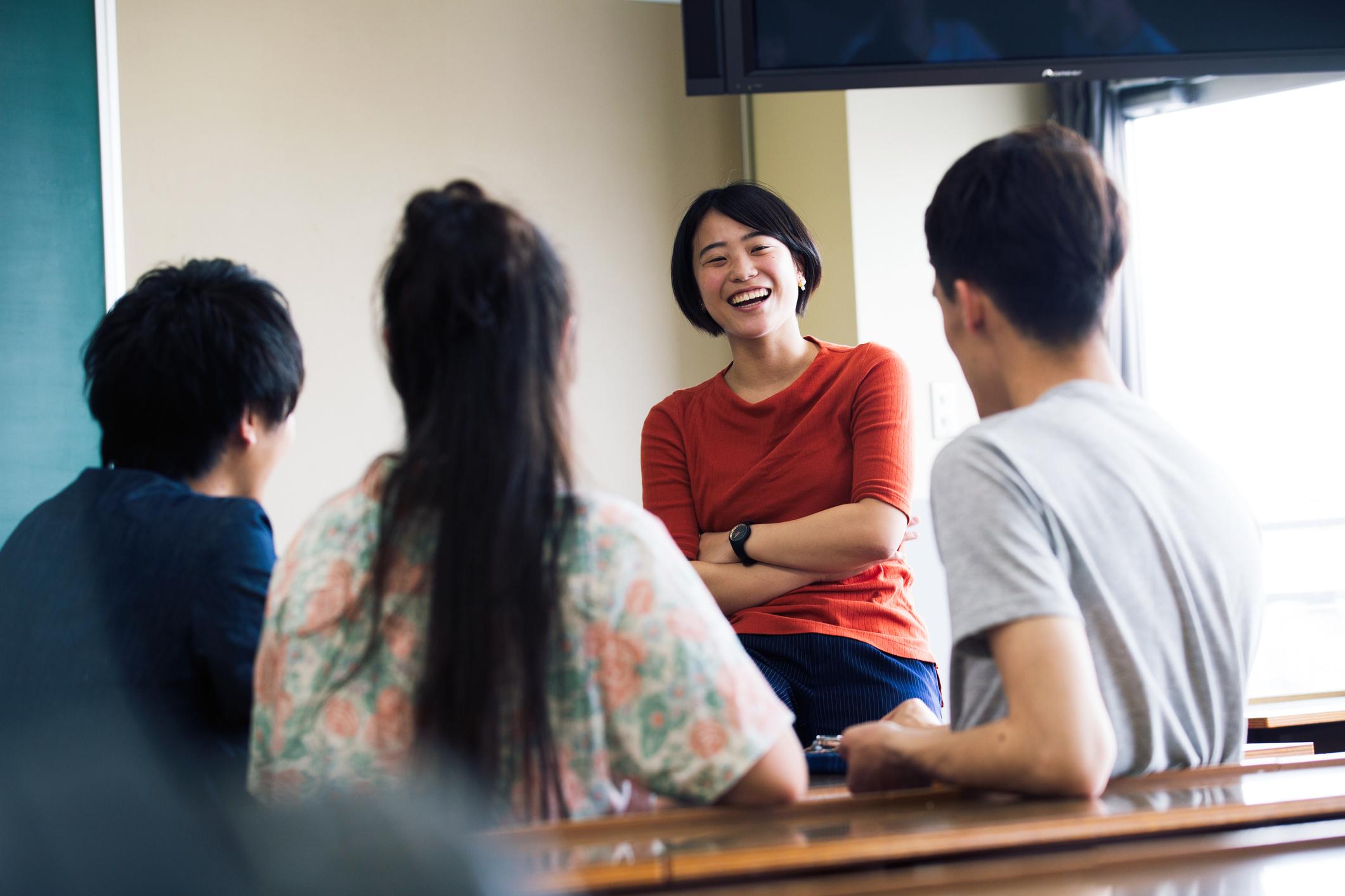 Ilustrasi para peserta sedang berada di tempat les bahasa Inggris di Jakarta - Edu2Review