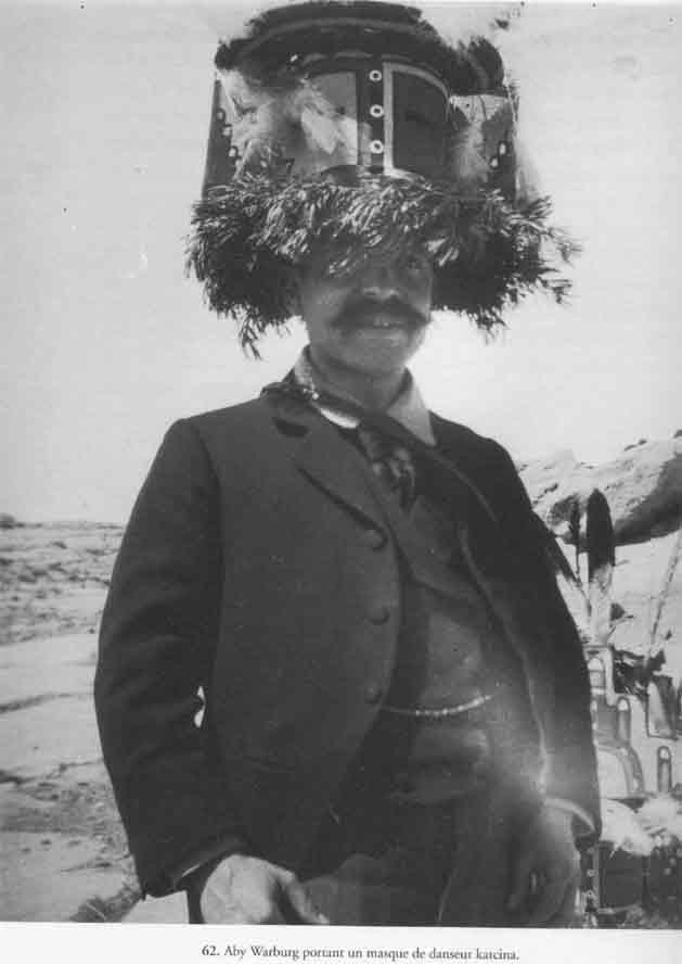 Aby Warburg, masque de danseur porté en chapeau.
