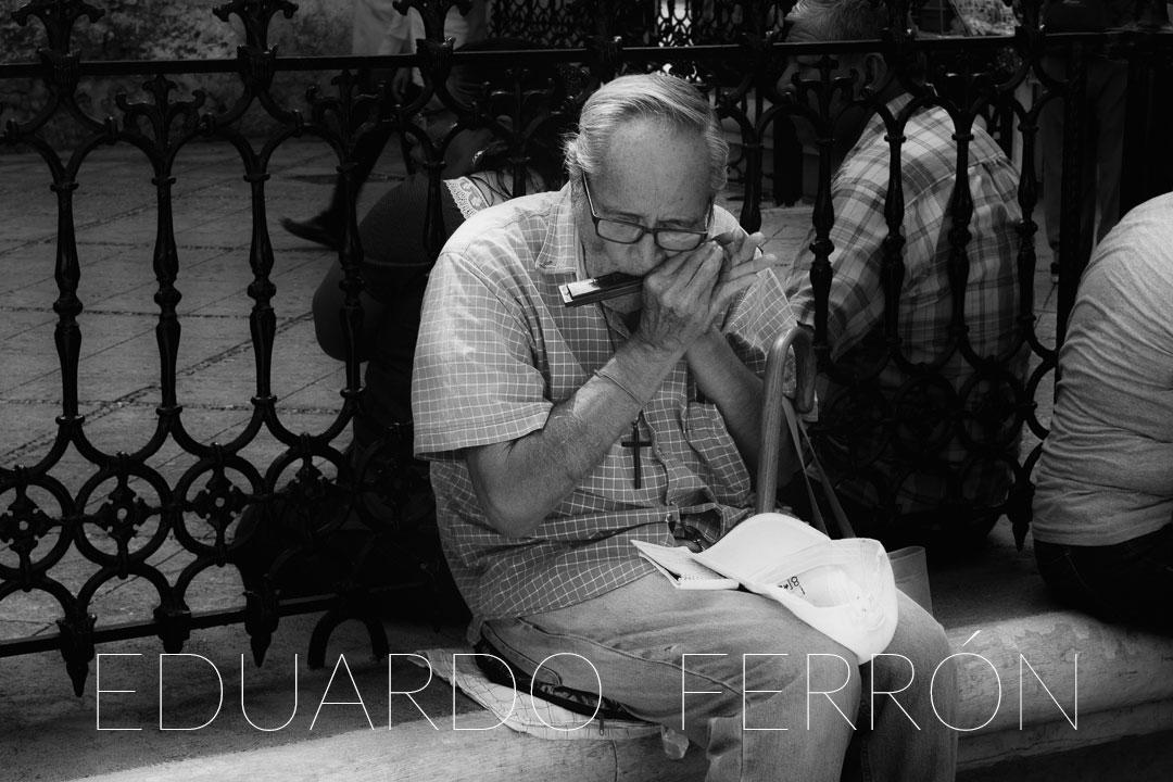 Abuelo tocando harmónica (2018)