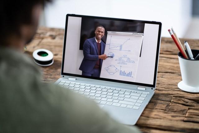 Homem dá palestra online no computador