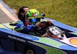 Felipe e felipinho desfilam no kart após a corrida foto: eduardo valente