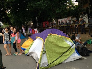 Estudantes e movimentos sociais acamparam na frente da escola para prestar solidariedade.