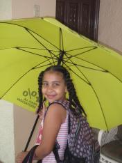 Samira Corporán abre su sombrilla para que otros/as niños/as realicen su derecho a la educación
