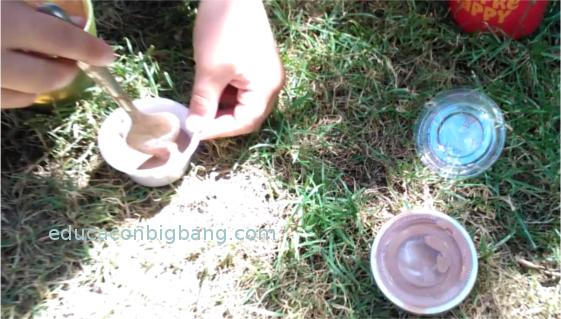 Echando el helado en los recipientes
