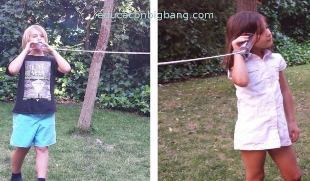 Niños usando el teléfono
