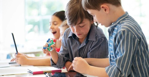Met friemel speelgoed help je kinderen prikkels verwerken. Lees waarom friemelspeelgoed en welk friemelmateriaal geschikt is