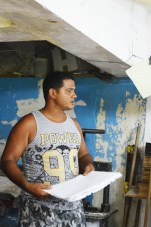 Artist Ariel speaking about his method of producing paper from recycled materials at Las Terrazas.
