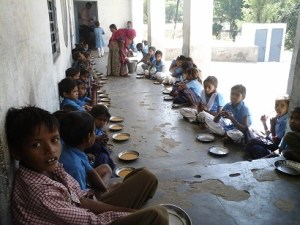 सरकारी स्कूल, मिड डे मील खाते बच्चे, मध्याह्न भोजन योजना,