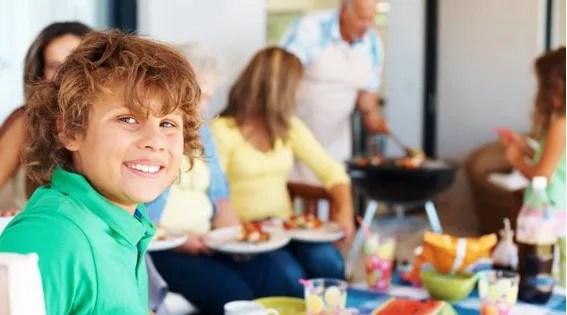 Los buenos modales de los niños en la mesa