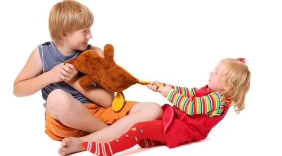 peleas entre hermanos, rivalidad entre hermanos, como actuar con las peleas entre hermanos, relación entre hermanos, escuela de padres