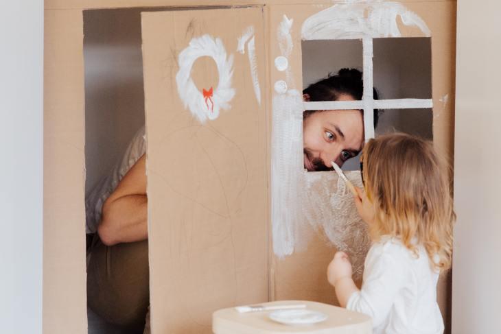 Un père joue avec son enfant. Les pères amènent leurs enfants hors de leur zone de confort, ce qui aide leurs enfants à apprendre comment réguler leurs émotions.