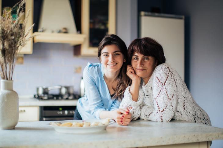 La relation entre un parent et un adulte émergent présente des défis quant à l'autonomie et au contrôle.