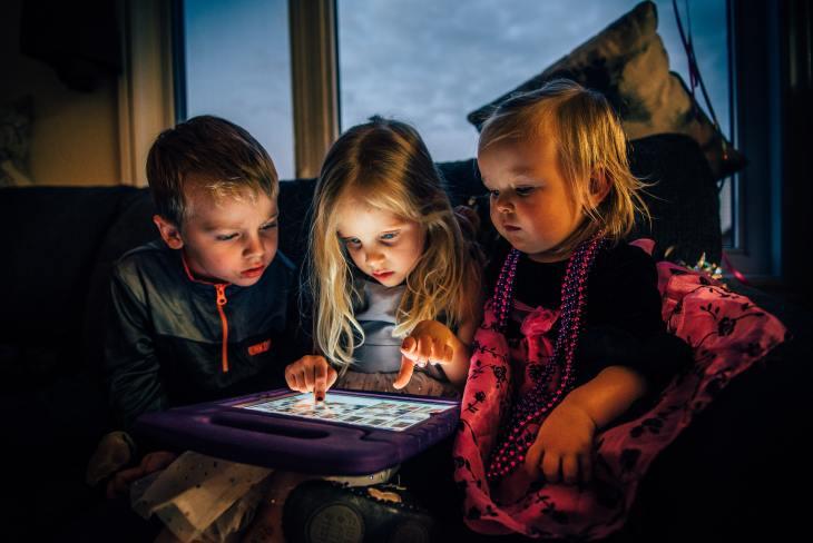 Les enfants passent de plus en plus de temps devant les écrans, surtout pendant la pandémie COVID-19.