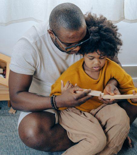 Il peut être difficile pour les parents de ne pas intervenir lorsque leur enfant a de la difficulté à faire une tâche.