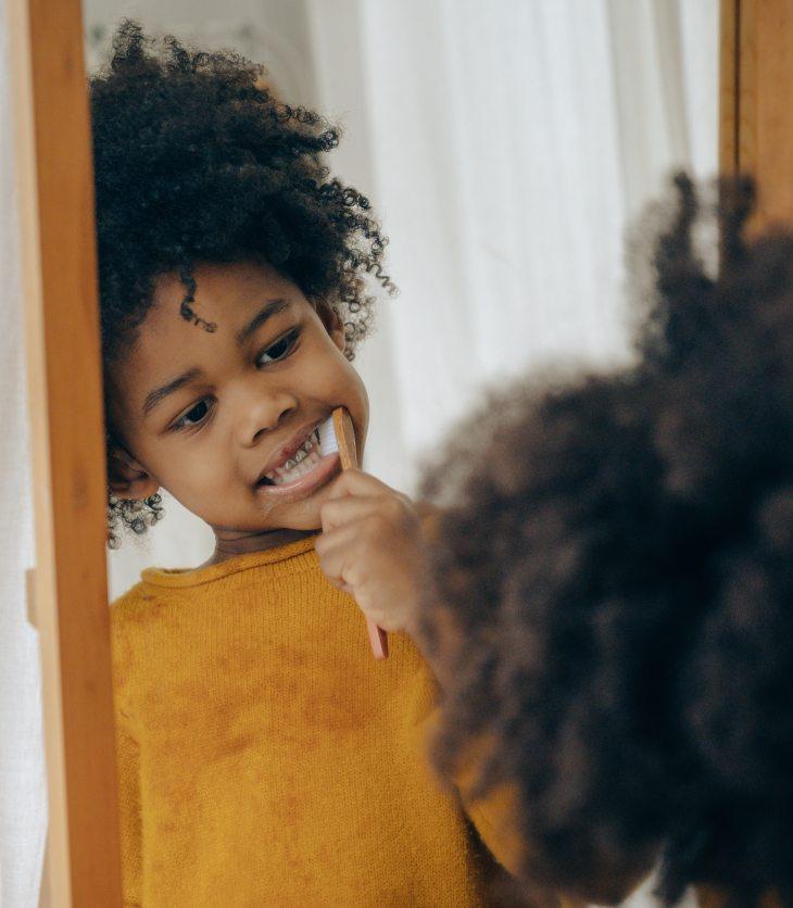 Il est important pour les enfants de se brosser les dents quotidiennement.