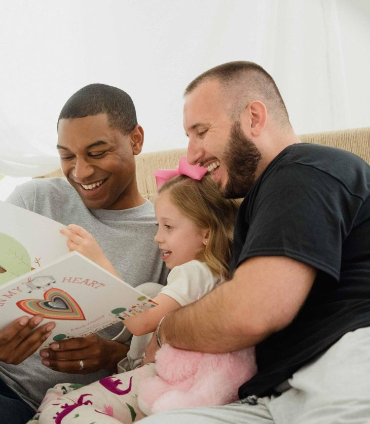 De plus en plus de parents de même genre deviennent parents.