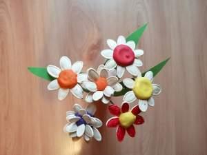 Kwiaty z wykorzystaniem pestek dyni – praca plastyczna