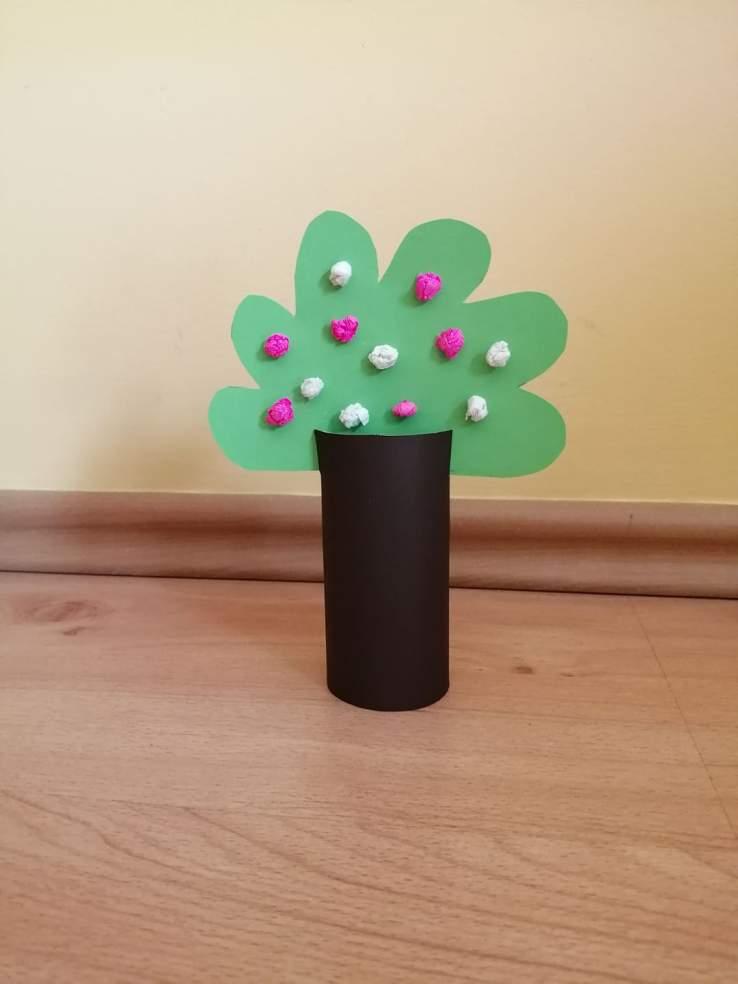 Wiosenne drzewo - praca plastyczna z wykorzystaniem rolki