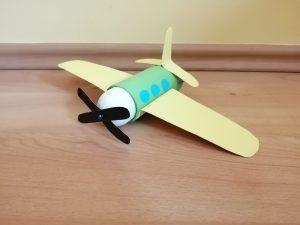 Samolot - praca plastyczna z wykorzystaniem rolki