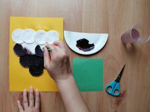 Jeżyna – praca plastyczna z wykorzystaniem płatków kosmetycznych