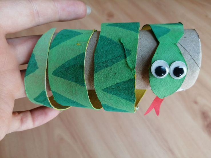 Wąż - praca plastyczna z wykorzystaniem rolki