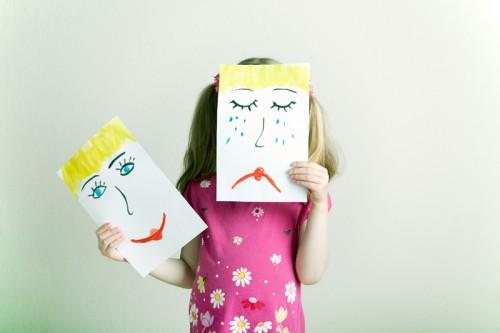 Niña dibujo cara alegre cara triste e1339447992802 Como crear un rincón de emociones